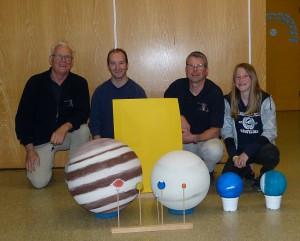Das Team der Sternwarte vor dem selbstgebauten Sonnensystem