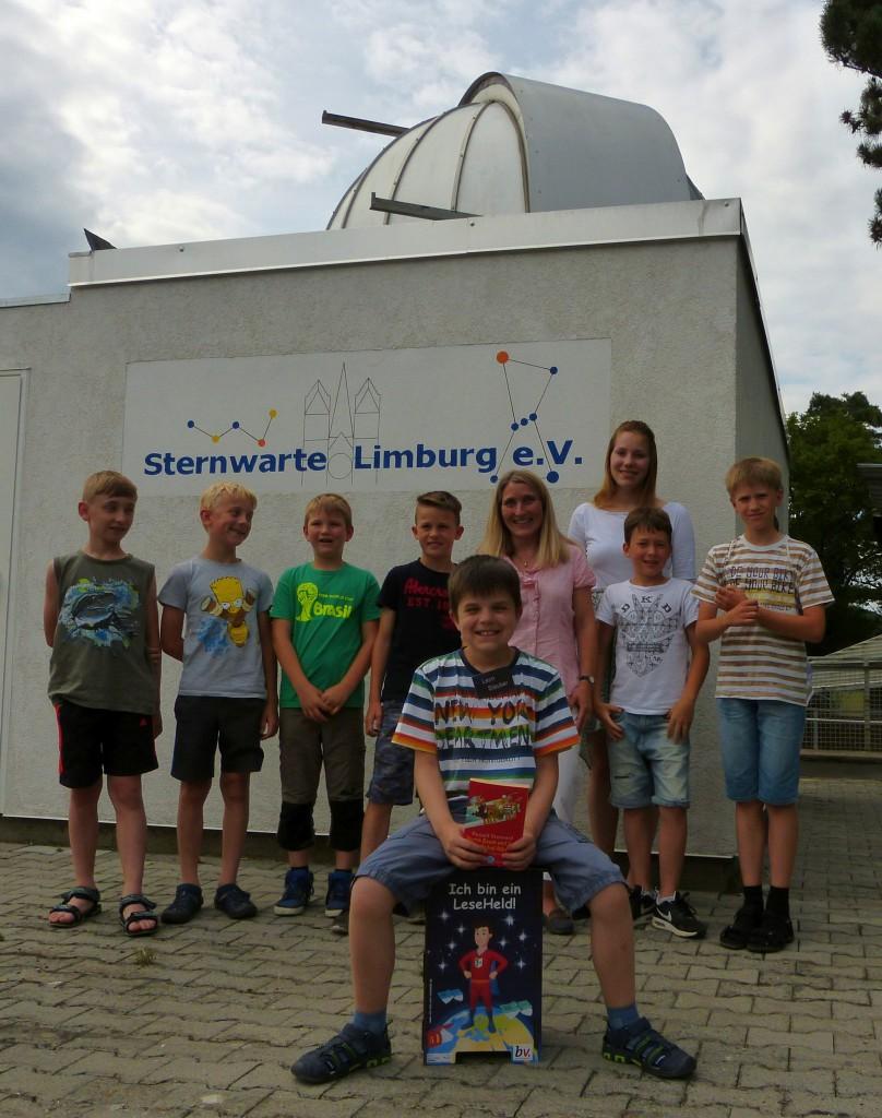 Die Gruppe der Lesehelden aus Obertiefenbach mit dem Vorleser Leon Stauber im Vordergrund.