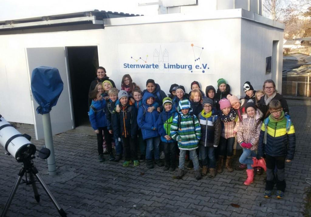 Die Schüler der Grundschule Hahnstätten vor dem Sternwartengebäude